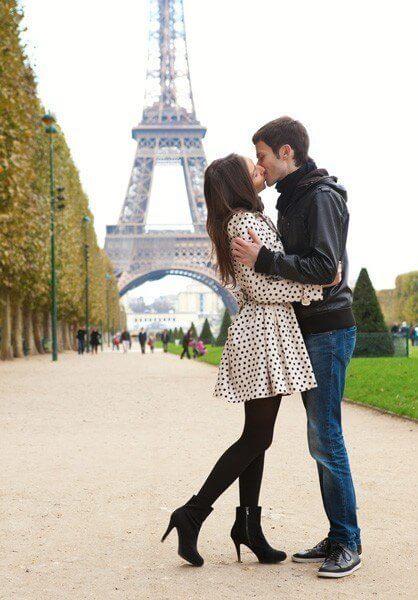 kyssende par foran eiffeltårnet