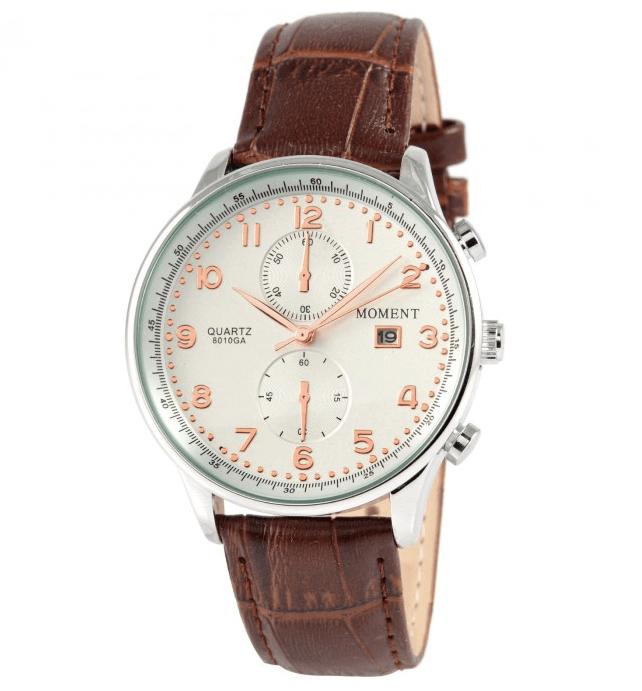 Et klassisk Quartz urværk med et urhus i sølv og en imiteret krokodillerem af læder.