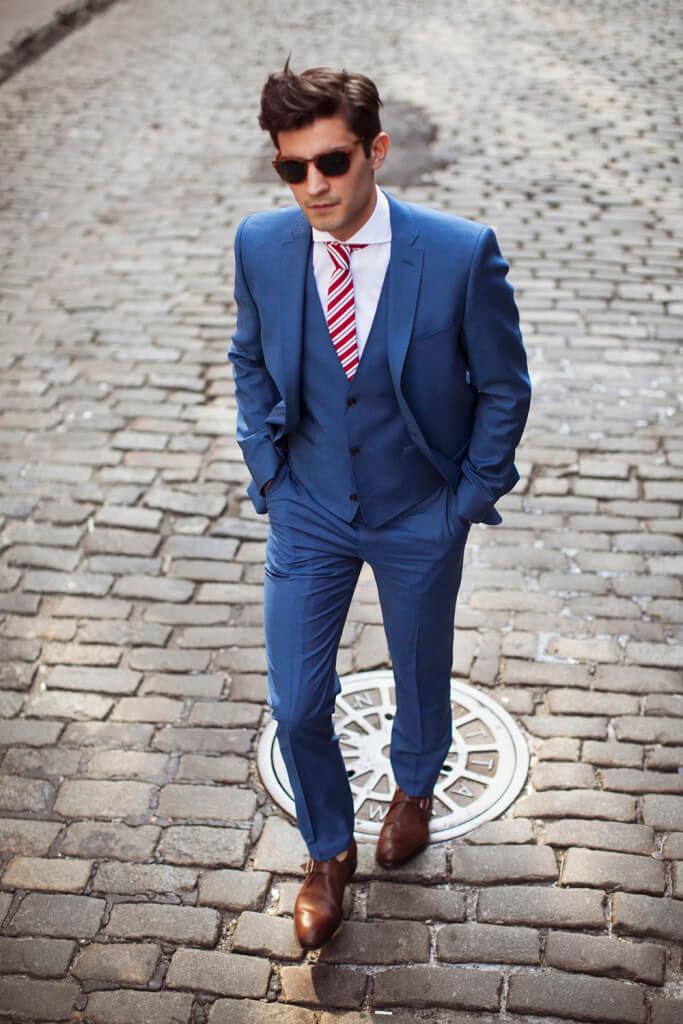 Slips og blåt jakkesæt