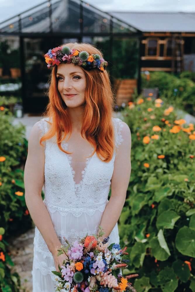 Urbant havebryllup - bryllup i haven - brud, blomster, brudebuket, blomsterkrans