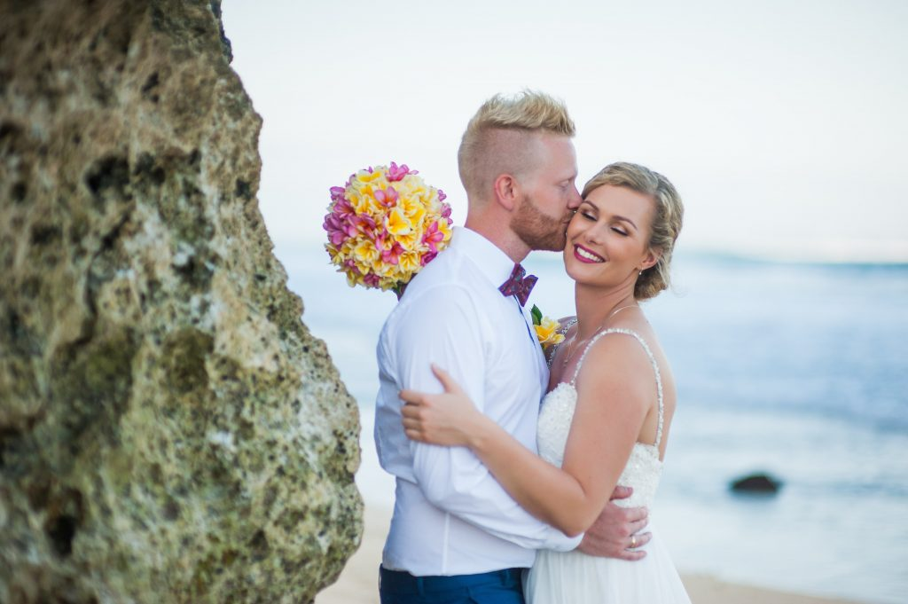 89a012f3a15 Vi holdt en traditionel balinesisk bryllupsvielse. Min far fulgte mig  nervøst op igennem sandet, hvor Simon stod og tog imod mig.