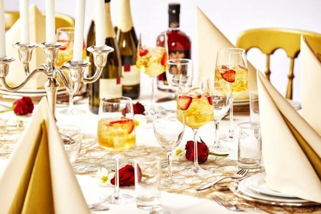 Velkomstdrinks til bryllup med hyldeblomst og mousserende vin fra Queens of Denmark