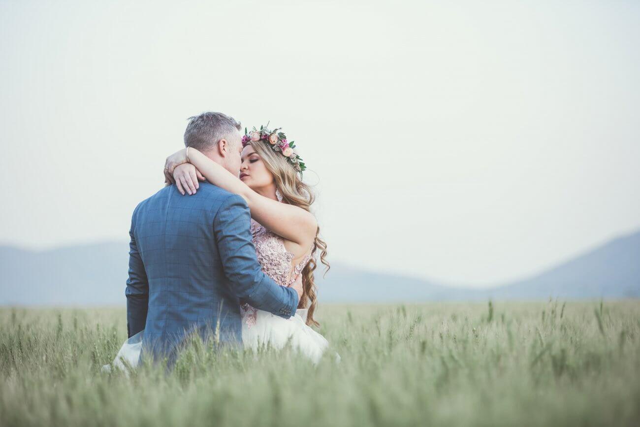 brudepar der kysser ude på marken