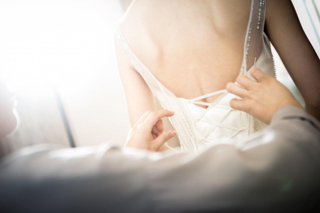 brudekjole ryg der bliver tilrettet