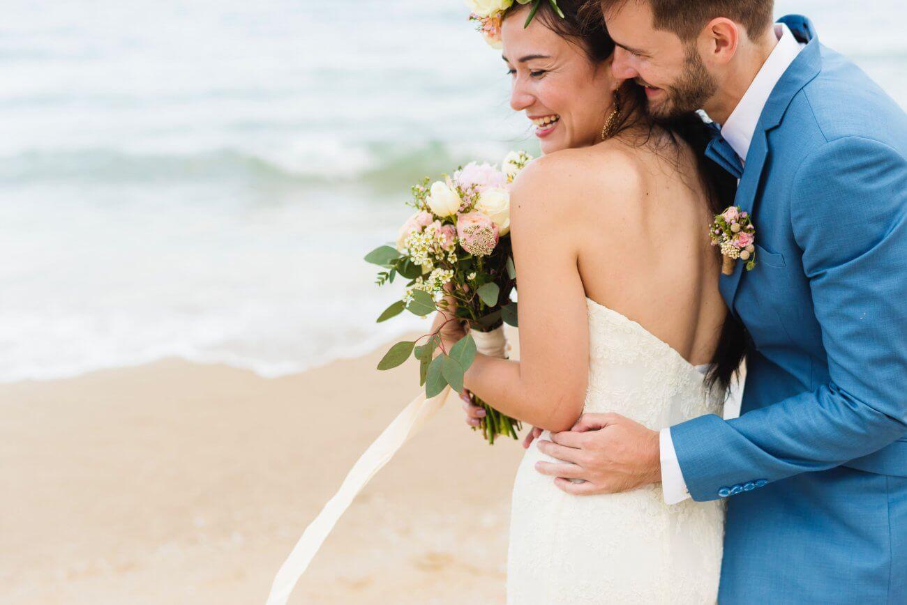ægtepar der føler glæde på stranden