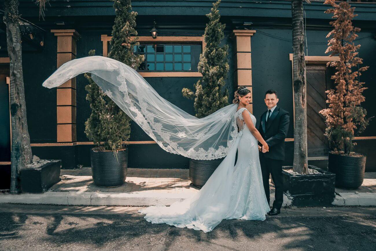 simpel brudekjole med langt slør